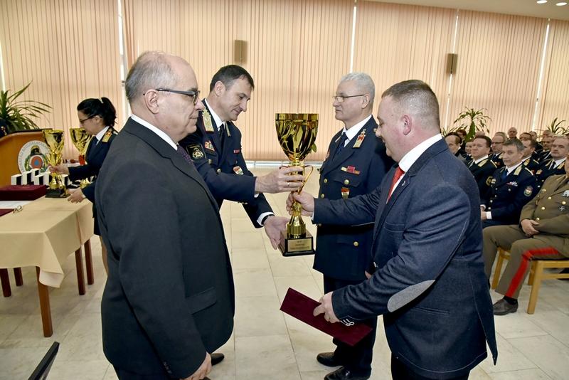 897eba23ba Az év önkéntes tűzoltó egyesülete címet Baján Sándor parancsnok és Egri  Gyula tűzoltó ezredes, Zala megyei igazgató vette át a rendezvényen.