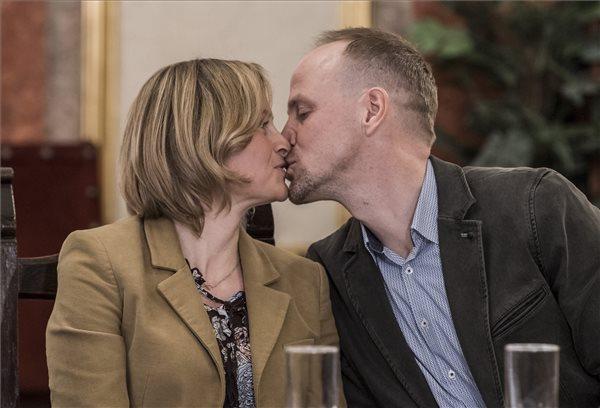Magyar állampolgár köteles kezdeményezni a külföldön történt házasságkötésének, bejegyzett élettársi kapcsolata létesítésének.