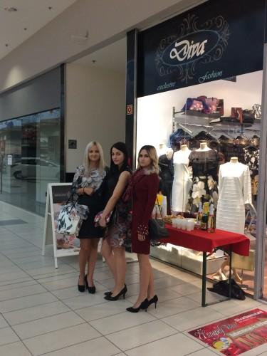 """6550a5467440 ... üzletek vonultatták fel fiatalos, divatos, elegáns kollekcióik egy-egy  darabját. A bevásárlóközpont következő """"ünnepi"""" programja október 10-én  lesz."""