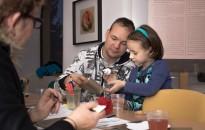 Kézműveskedő gyerekek a múzeumban, fotó: Jancsi László