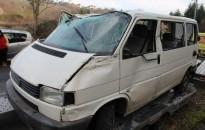 Árokba hajtott egy 17 éves férfi VW Transporterével