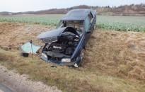 Súlyosan megsérült az árokba csapódó autó sofőrje