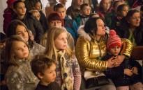 Erdő Péter és Mádl Dalma osztott ajándékot rászoruló gyermekeknek