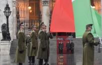 Felvonták a nemzeti lobogót az Országház előtt