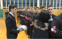 A Cserháti-iskola végzőseire is feltűzték a szalagot
