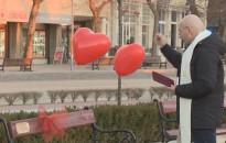 Felavatták a Szerelmesek padját az Erzsébet téren