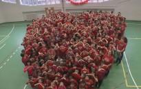 Kanizsai diákok is pirosba öltöztek a pécsi Dóri Házért
