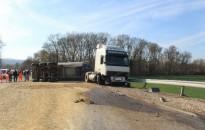 Daewoo ütközött teherautóval – Dőlt a kamion, a daewoos könnyű sérülést szenvedett