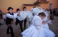 A Szikrák Táncegyüttes fiú tagjai is vödröt ragadtak húsvéthétfőn