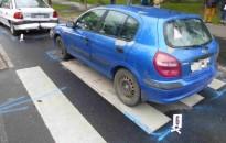 Három gyalogos sérült meg, amikor a zebra előtt álló Opelbe egy Nissan ütközött