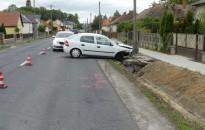 Hídfőnek ütközött egy Opel