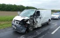 Kamionnal ütközött, könnyű sérüléssel megúszta