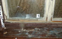 Megrongálta a nyilvános telefont, betörte az iskola ablakait egy hahóti férfi