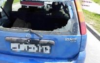 Biciklis hajtott bele álló autóba, súlyos sérülést szenvedett