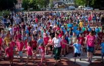 Néptánc flashmobbal nyitották sportnapjukat a piaristások