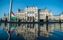 November 4. - Félárbócon a nemzeti lobogó a Parlament előtt