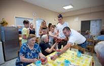 Gyümölcsöt és szörpöt ajándékoztak az időseknek gyerekek és a NagyON Kanizsa tagjai