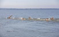 Hosszában ússza át egy gyerekekből álló váltó a Balatont