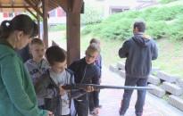 A vadászok munkájával ismerkednek a gyerekek a Zalaerdő táborában