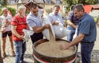 Magyarok Kenyere - Összeöntötték a kárpátaljai magyar gazdák által összegyűjtött búzát Nagydobronyban