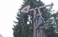 Megkoszorúzták az Olajmunkás szobrát