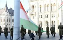 Október 23. - Felvonták a nemzeti lobogót az Országház előtt