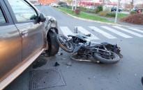 Súlyos sérülést szenvedett az autóval ütköző motoros