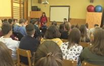 Rendhagyó irodalomórákat tartottak a héten a Kőrösi-iskolában