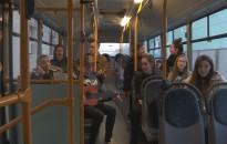Két buszjáraton is ünnepi hangulatot teremtett a Virág Benedek Ifjúsági Vegyeskar