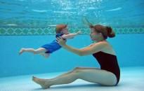 A babák kedvenc sportja, a víz alatti úszás