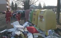 Még mindig gondot okoznak városszerte a szelektív hulladékgyűjtő szigetek körüli áldatlan állapotok