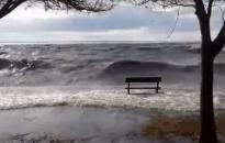 Vihar - Megbillent a Balaton víztükre