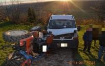 Kisteherautót vontatva felborult egy kistraktor