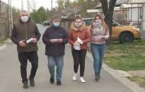 Szájmaszkokat osztott Ligetvárosban a Demokratikus Roma Vezetők Szövetsége