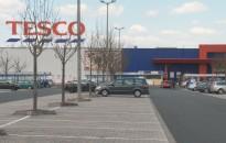 Korlátozza az egy időben vásárlók létszámát péntektől a Tesco