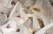 Élelmiszercsomagokat osztottak a roma szervezetek