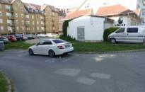 Látta? - Nekiütközött egy Mercedesnek, majd elhagyta a helyszínt