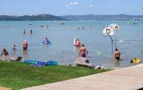 Minden balatoni településnek legyen kötelező kijelölni ingyenesen használható strandot