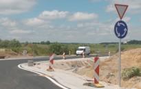 Elkészült az ipari parkot kiszolgáló körforgalom az M7-esen