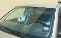 Ezt megúszták, de nem sokon múlt – Vasdarab csapódott az autóba