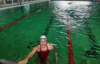 Az olimpikon Flóra a városi uszodában