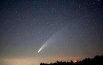 Szabad szemes üstökös látható az esti égen