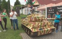 Tigris tank védi a Puncs fagyizót