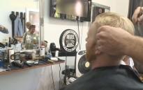 Örömzenére nyír hajat, szakállt a kanizsai borbély