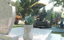 Elkezdték az útfelújítást a Tripammer úti temetőben