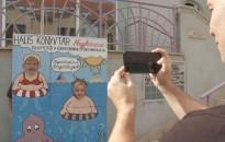 Fotófal várja az olvasókat a városi könyvtár előtt