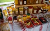 Még mézontófűmézet is vásárolhatnak a látogatók a felsőrajki termelői piacon