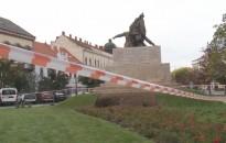 Kézigránát a Petőfi szobor alatt