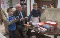 A polgármester irodájában is becsomagolták a szeretet dobozokat
