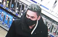 Mobiltelefont lopott egy szombathelyi áruház üzletvezetői pultjából